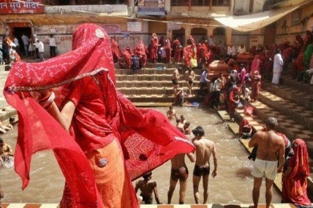 Des gens faisant leurs ablutions, les femmes indiennes et leur élégance en toutes circonstances, les couleurs explosives.